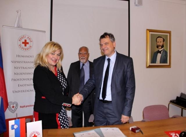 Podpis pogodbe z rdečim križem Slovenije za pomoč beguncem
